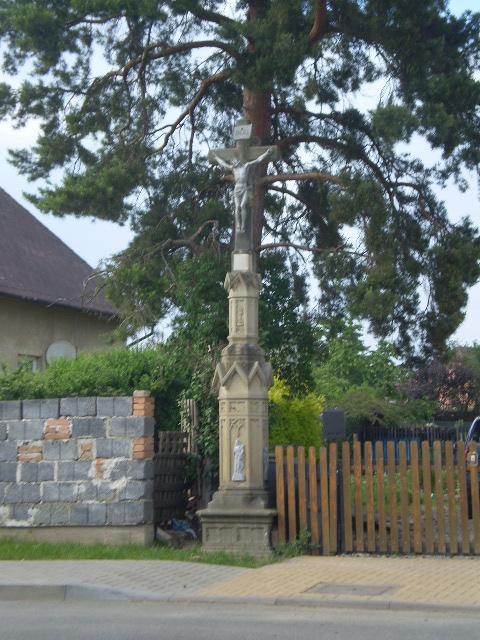 kříž při vjezdu od Stavenice