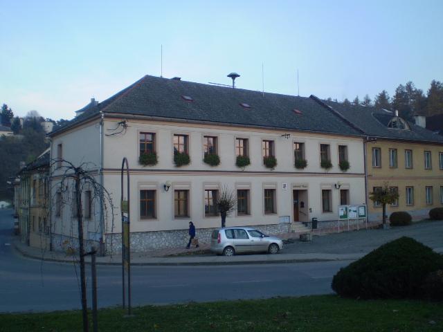 Budova MÚ v Úsově s knihovnou