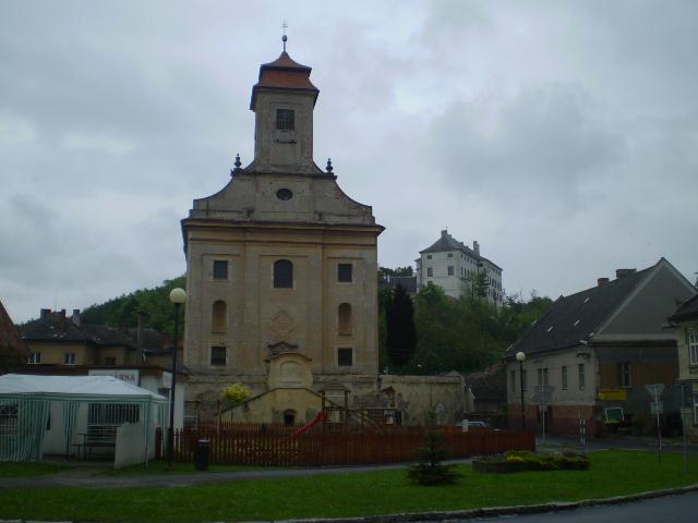 čelní pohled na kostel