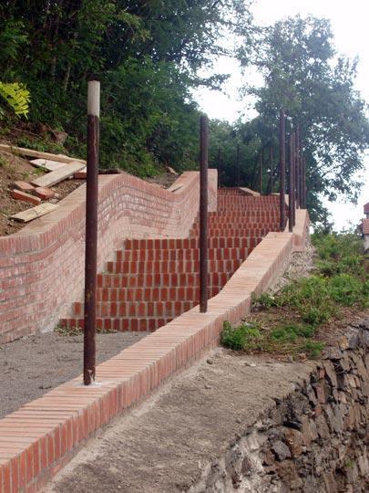 Opravené schody k zámku