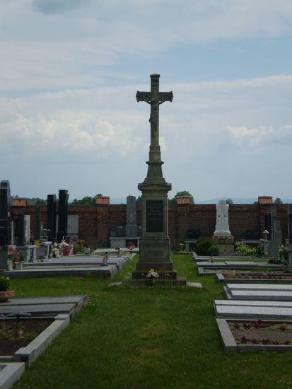 kříž na hřbitově v Doubravicích