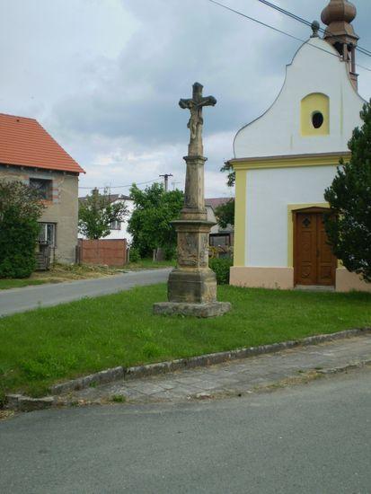kříž u kaple v Doubravicích