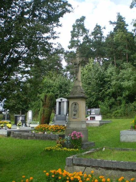 kříž na hřbitově v Pavlově