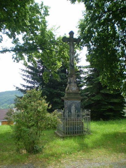 kříž u kapličky ve Veselí